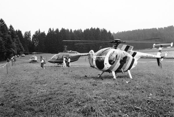1980 Austrian Grand Prix. Osterreichring, Austria. 15-17 August 1980. Gilles Villeneuve lands his helicopter as wife Joann heads for the paddock. World Copyright: LAT Photographic Ref: L80/1418/3-3A