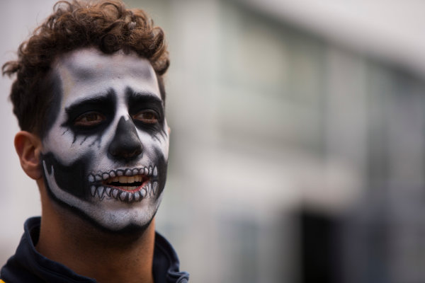 Autodromo Hermanos Rodriguez, Mexico City, Mexico. Thursday 27 October 2016. Daniel Ricciardo, Red Bull Racing, wearing Day of the Dead face paint. World Copyright: Andrew Hone/LAT Photographic ref: Digital Image _ONY9422
