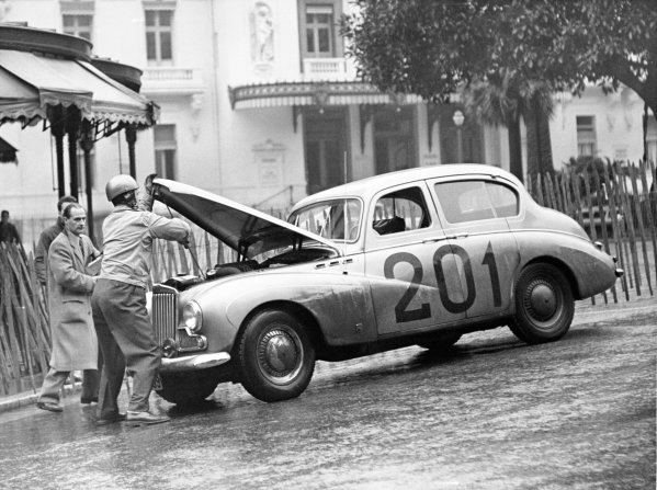 1955 Monte Carlo Rally.Monte Carlo, Monaco. 17-24 January 1955.Per Malling/Gunnar Fadum, Sunbeam Mk3, 1st position, in Casino Square changing a fan belt, action.World Copyright: LAT PhotographicRef: Autocar Used Pic 04/02/1955 Pg 164.