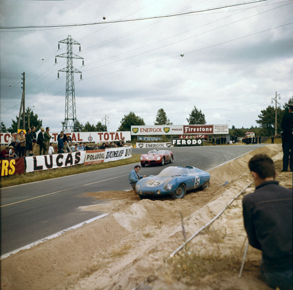 Le Mans, France.10-11 June 1961.Olivier Gendebien/Phil Hill (Ferrari TR61) pass the crashed car of Andre Moynet/Jean-Claude Vidilles (DB HBR5-Panhard). Gendebien/Hill finished in 1st position, action.Ref: 285.World Copyright: LAT Photographic