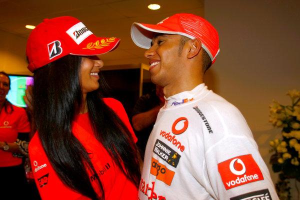 Marina Bay Circuit, Singapore. 27th September 2009. Lewis Hamilton, McLaren MP4-24 Mercedes celebrates with girlfriend Nicole Scherzinger after winning the race. Portrait. World Copyright: Charles Coates/LAT Photographic ref: Digital Image _26Y7659