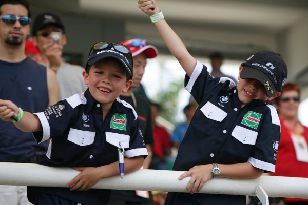 2005 Malaysian Grand Prix - Sunday Race, Sepang, Kuala Lumpur. Malaysia. 20th March 2005 Young BMW Williams race fans. Atmosphere.World Copyright: Steve Etherington/LAT Photographic ref: 48mb Hi Res Digital Image Only