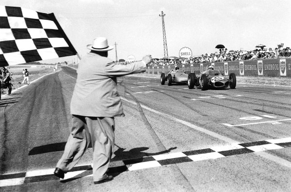 1961 French Grand Prix.Reims, France.30/6-2/7 1961.Giancarlo Baghetti (Ferrari 156) closely followed by Dan Gurney (Porsche 718), takes the chequered flag for 1st position and his maiden win on his Grand Prix debut.Published-Autocar 7/7/1961 p23. Ref-C62374B/W.World Copyright - LAT Photographic
