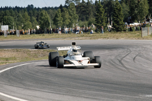 Denny Hulme, McLaren M23 Ford leads Ronnie Peterson, Lotus 72E Ford.