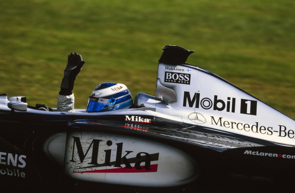Mika Häkkinen, McLaren MP4-16 Mercedes, waves to the crowd after taking victory.