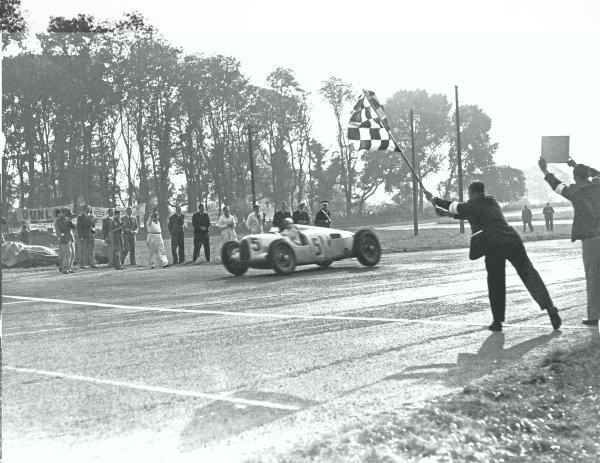 1937 Donington Grand Prix. Donington Park, Great Britain. 2 October 1937. Bernd Rosemeyer (Auto Union C-typ), 1st position at the finish. World Copyright - LAT Photographic
