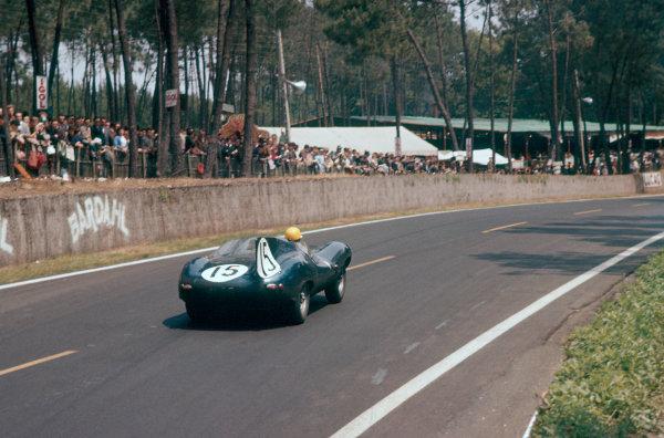 Le Mans, France. 22-23 June 1957. Ninian Sanderson/John Lawrence (Ecurie Ecosse Jaguar D-type), 2nd position. World Copyright: LAT Photographic Ref: 57LM06