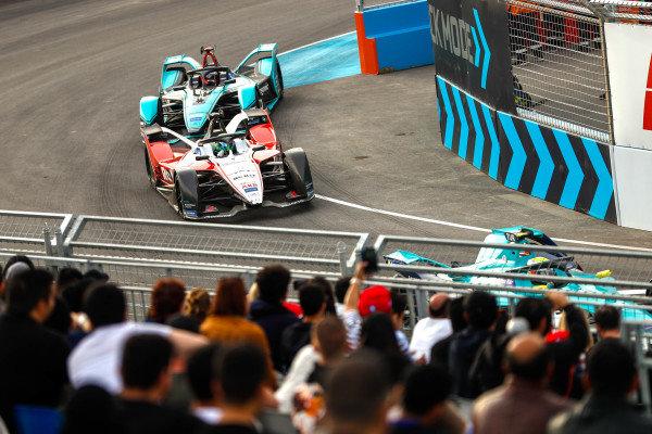 Felipe Massa (BRA), Venturi, EQ Silver Arrow 01 leads Mitch Evans (NZL), Panasonic Jaguar Racing, Jaguar I-Type 4