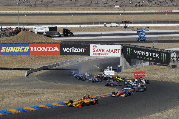 Ryan Hunter-Reay, Andretti Autosport Honda leads Scott Dixon, Chip Ganassi Racing Honda at the start