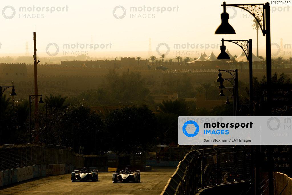 Mitch Evans (NZL), Panasonic Jaguar Racing, Jaguar I-Type 3 and Jose Maria Lopez (ARG), GEOX Dragon Racing, Penske EV-3 side by side