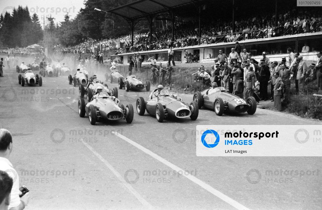 Giuseppe Farina, Ferrari 553 (#4), José Froilán González (#6), Ferrari 553, and Juan Manuel Fangio (#26), Maserati 250F, lead the field away.