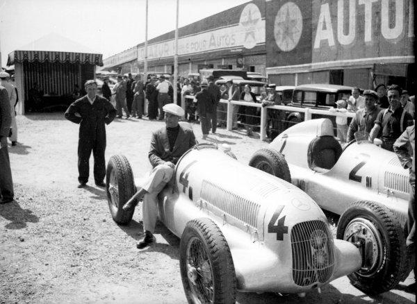 1935 French Grand Prix.Montlhery, France.23 June 1935.Luigi Fagioli sits on Manfred von Brauchitsch's Mercedes-Benz W25.World - LAT Photographic