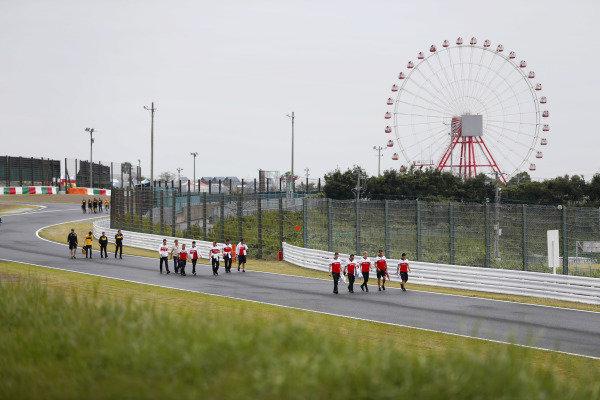 Marcus Ericsson, Sauber, Charles Leclerc, Sauber, Carlos Sainz Jr, Renault Sport F1 Team and Nico Hulkenberg, Renault Sport F1 Team, walk the track with team members