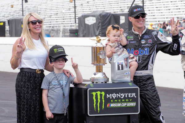 #4: Kevin Harvick, Stewart-Haas Racing, Ford Mustang Mobil 1 and his family