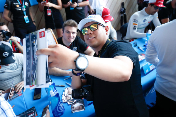 A fan takes a selfie with Oliver Rowland (GBR), Nissan e.Dams at the autograph session