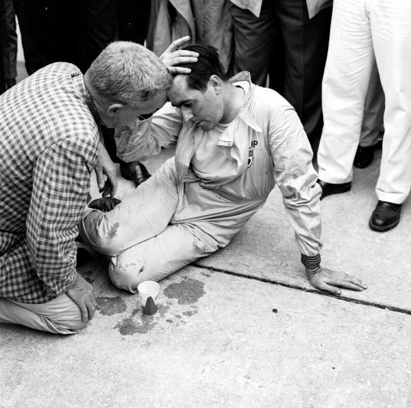 1959 United States Grand Prix.Sebring, Florida, USA.10-12 December 1959.Jack Brabham collapsed after pushing his Cooper T51-Climax across the line to finish 4th and clinch the World Championship.Ref-5504B/W.A Race Through Time exhibition number 71.World Copyright - LAT Photographic