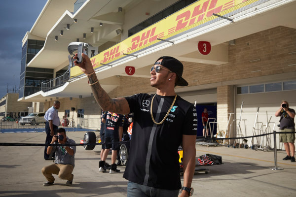 Circuit of the Americas, Austin, Texas, United States of America.  Thursday 22 October 2015. Lewis Hamilton, Mercedes AMG, takes a selfie. World Copyright: Steve Etherington/LAT Photographic ref: Digital Image SNE23577