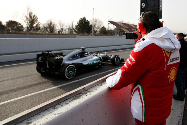 Circuit de Catalunya, Barcelona, Spain Tuesday 23 February 2016. A Ferrari engineer takes a photograph of Nico Rosberg, Mercedes F1 W07 Hybrid.  World Copyright: Glenn Dunbar/LAT Photographic ref: Digital Image _W2Q1744