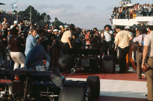 1973 Argentinian Grand Prix.  Buenos Aires, Argentina. 26-28th January 1973.  Emerson Fittipaldi, Lotus 72D Ford, 1st position, and François Cevert, Tyrrell 006 Ford, 2nd position, arrive in parc ferme.  Ref: 73ARG59. World Copyright: LAT Photographic