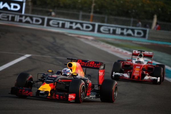 Yas Marina Circuit, Abu Dhabi, United Arab Emirates. Sunday 27 November 2016. Daniel Ricciardo, Red Bull Racing RB12 TAG Heuer, leads Sebastian Vettel, Ferrari SF16-H. World Copyright: Andrew Hone/LAT Photographic ref: Digital Image _ONZ0113