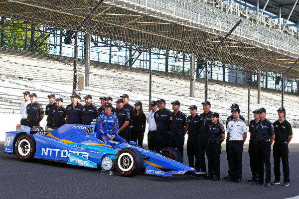 Verizon IndyCar Series Indianapolis 500 Qualifying Indianapolis Motor Speedway, Indianapolis, IN USA Monday 22 May 2017 Scott Dixon, Chip Ganassi Racing Teams Honda poses for front row photos with his team World Copyright: Phillip Abbott LAT Images ref: Digital Image abbott_indyQ_0517_21677