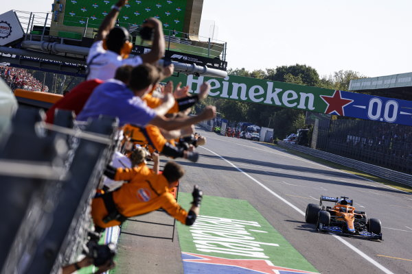 Daniel Ricciardo, McLaren MCL35M, 1st position, takes victory as his team cheers from the pit wall