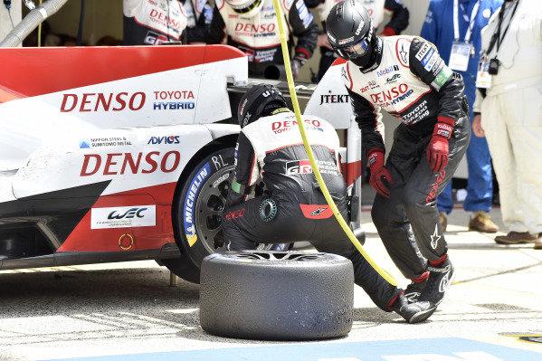#8 Toyota Gazoo Racing Toyota TS050: Sébastien Buemi, Kazuki Nakajima, Fernando Alonso, pit stop