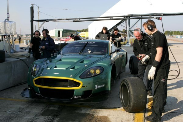 Aston Martin mechanics examine the tyres after a run of the new DBR9.American Le Mans Series Testing, Sebring, USA, 31 January - 3 February 2005.DIGITAL IMAGE