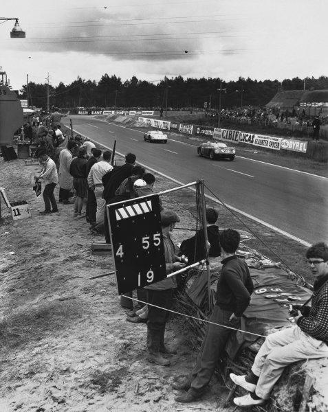 1961 Le Mans 24 hours. Le Mans, France. 10th - 11th June 1961. Olivier Gendebien/Phil Hill (Ferrari 250 TRI/61), 1st position, leads Masten Gregory/Bob Holbert (Porsche RS61 Spyder), 5th position, action.  World Copyright: LAT Photographic. Ref:  Autocar Used Pic 16th June 1961 Pg 956.
