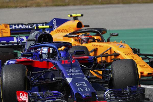 Pierre Gasly, Toro Rosso STR13 Honda, leads Stoffel Vandoorne, McLaren MCL33 Renault.