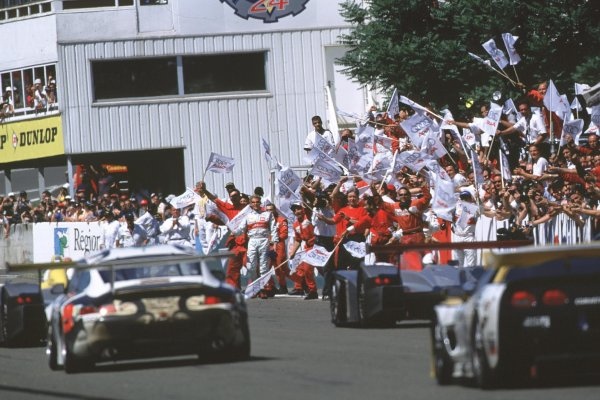 2000 Le Mans 24 Hours.Le Mans, France.17-18 June 2000.The Audi mechanics celebrate as Emanuele Pirro leads a 1st, 2nd and 3rd place finish.World - Bloxham/LAT Photographic