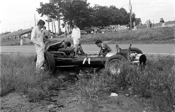 Jochen Rindt (AUT), left, looks on as mechanics inspect the damage to his Cooper-Maserati T81. Canadian GP, Mosport Park, 27 Aug 1967.