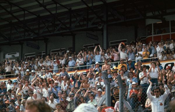 Brands Hatch, England. 16th - 18th July 1976.  Hunt fans cheer in the heat, atmosphere. World Copyright: LAT Photographic.  Ref:  76 GB 40.