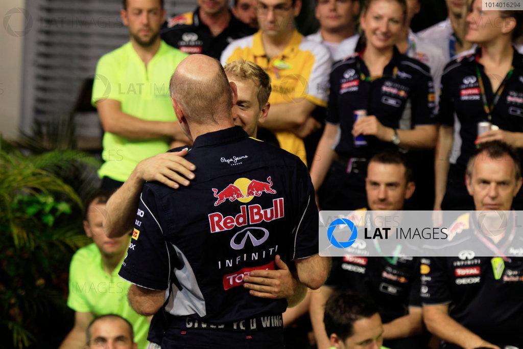 Marina Bay Circuit, Singapore. Sunday 22nd September 2013.  Sebastian Vettel hugs Adrian Newey, Red Bull Racing celebration team photo.  World Copyright: Charles Coates/LAT Photographic. ref: Digital Image _X5J0186