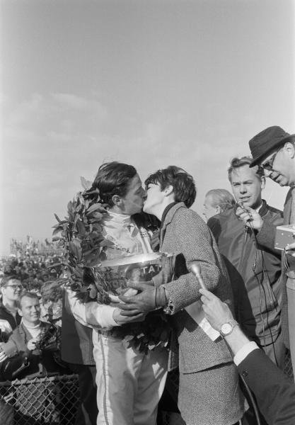 Race winner Jim Clark (GBR) embracing Miss US Grand Prix.  Formula One World Championship, US GP, Watkins Glen, 1 Oct 1967