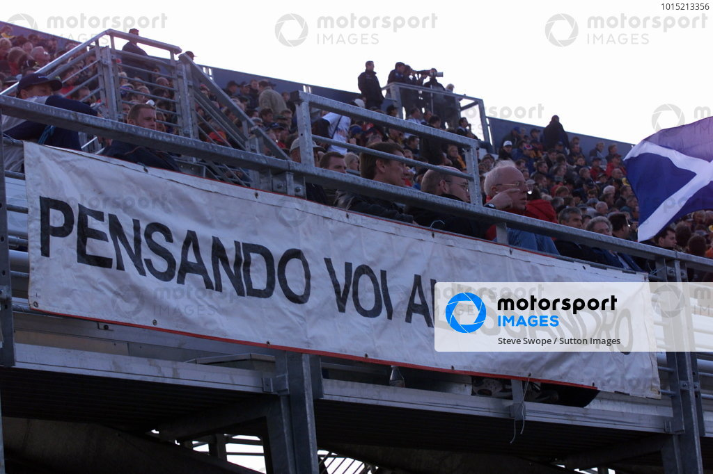 A message of support for Alex Zanardi (ITA) from the British fans. Rockingham 500, Rockingham Speedway, England, 22 September 2001.