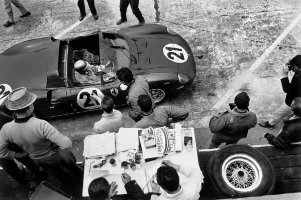 Le Mans, France 20th - 21st June 1964.Mike Parkes/Ludovico Scarfiotti (Ferrari 275P), retired, pit stop, action. World Copyright: LAT Photographic.