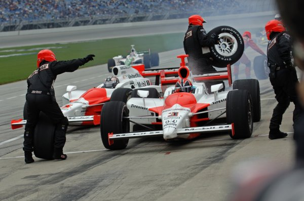 10 September 2006, Chicagoland Speedway, Joliet,IL USA Team Penske makes a pit stop. Copyright©F.Peirce Williams 2006 LAT Photographic