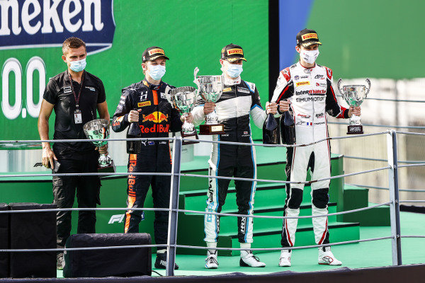 Winning Constructor Representative, Liam Lawson (NZL, HITECH GRAND PRIX), Race Winner Jake Hughes (GBR, HWA RACELAB) and Theo Pourchaire (FRA, ART GRAND PRIX) celebrate on the podium with the trophy