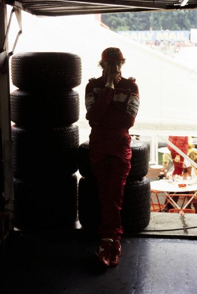 Niki Lauda next to a stack of tyres.