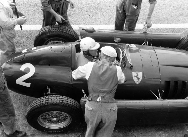 1955 Italian Grand Prix. Monza, Italy. 9-11 September 1955. Giuseppe Farina (Lancia D50), did not start due to tyre safety concerns, action. World Copyright - LAT Photographic. Ref: 5807F#6