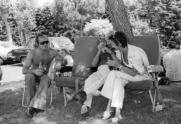Race retiree Mike Hailwood (GBR) McLaren relaxes with his parents.Monaco Grand Prix, Rd 6, Monte Carlo, Monaco, 26 May 1974.