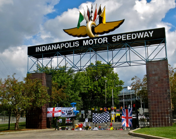 26 August, 2015, Indianapolis, Indiana, USA Fan memorial display for Justin Wilson at Indianapolis Motor Speedway main gate.  Wilson died after a crash while competing in the IndyCar Pocono event. ? 2015, Steve Shunck LAT Photo USA