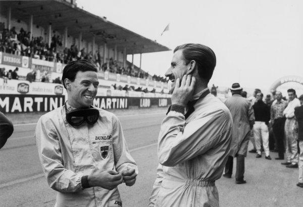 Rouen-les-Essarts, France.6-8 July 1962.Jim Clark (Lotus 25 Climax), retired, shares a joke with Graham Hill (BRM P57), 9th position, portrait. World Copyright: LAT Photographic.Ref:  L1222 - 31A.