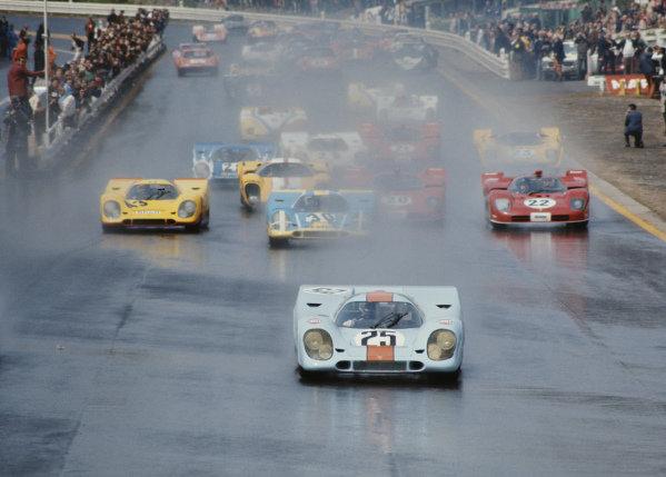 Pedro Rodriguez / Leo Kinnunen, J. W. Automotive Engineering, Porsche 917K 017 leads the field away at the start.