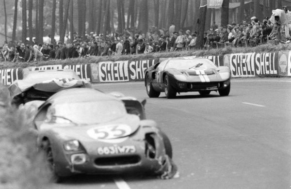 Bruce McLaren / Chris Amon, Shelby American Inc., Ford Mk II, approaches the abandoned Georges Heligouin / Jean Rives' S.E.C. Automobiles C.D., C.D. SP66 - Peugeot 204.