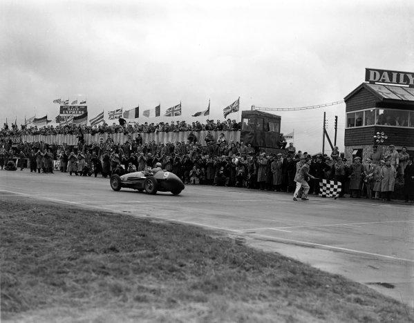 1954 British Grand Prix. Silverstone, England. 15-17 July 1954. Jose Froilan Gonzalez (Ferrari 625), 1st position. World Copyright - LAT Photographic Exhibition ref: a063