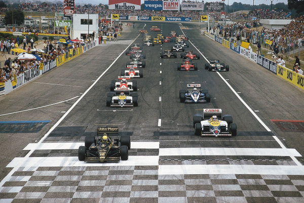 Paul Ricard, Le Castellet, France.4-6 July 1986.Ayrton Senna (Lotus 98T Renault) and Nigel Mansell (Williams FW11 Honda) lead at the start while Gerhard Berger (Benetton B186 BMW) avoids the stalled Michele Alboreto (Ferrari F186) in the midfield. Mansell finished in 1st position.Ref-86 FRA 11.Please Note: This image is available as a 30mb+ CMYK Tiff scan upon request.World Copyright - LAT Photographic