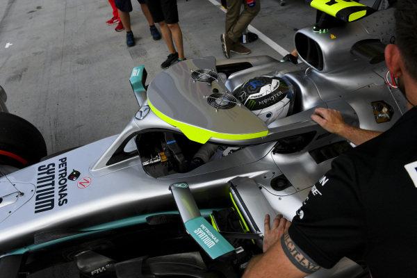 Mechanics with Valtteri Bottas, Mercedes AMG W10, in the pit lane