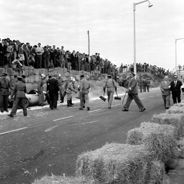 1960 Portuguese Grand Prix.Porto, Portugal.12-14 August 1960.Marshals clean up after an accident.Ref-7108.World Copyright - LAT Photographic